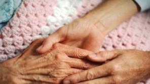 Mani di anziani malati