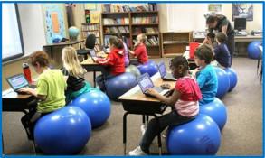 In classe con  swiss balls, a seduta ergonomica