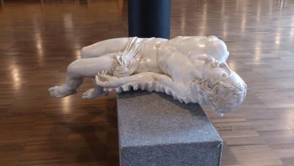 Fabio VIALE, Souvenir Pietà (2006), marmo, Holy MisterY, Santo Volto Torino 2015, foto di G. Seghesio